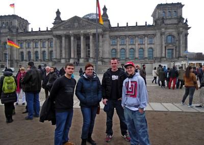Przed budynkiem Reichstagu
